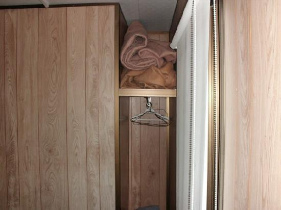 Oxely Anchorage Caravan Park: This is supposed to be a wardrobe.