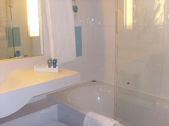Hotel Novotel Salerno Est Arechi : Sink and bath area