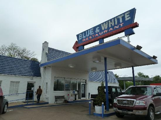 Blue & White Restaurant: Exterior of theBlue and White in Tunica