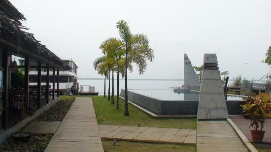 The Park on Vembanad Lake: swimming pool,restaurant,Lake