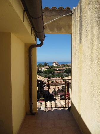 Antico Casale del Buono: ocean view from hallway