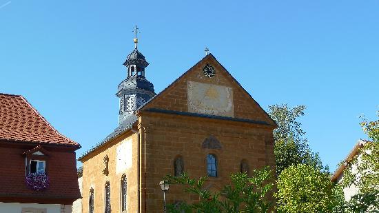 Hotel Schloss Burgellern: Kirche nebenan