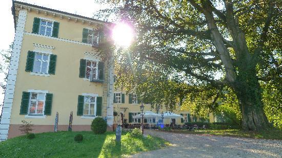 """Hotel Schloss Burgellern: """"Biergarten"""" vor dem Haus"""