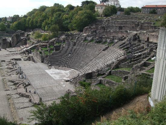 Museum der römisch-gallischen Zivilisation (Musée de la Civilisation Gallo-Romaine): Adjacent Roman theatre