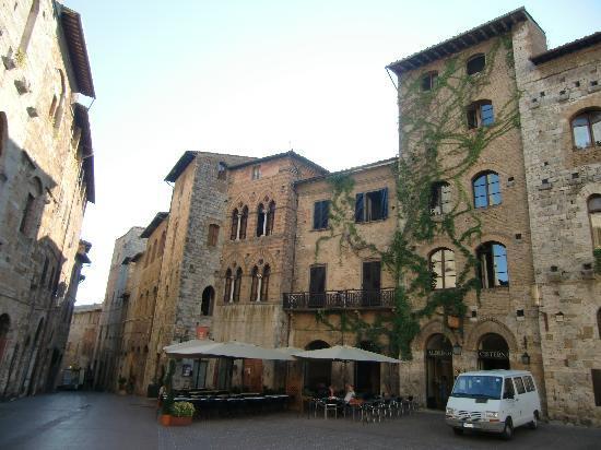 La Cisterna Hotel: Vista dell'hotel dalla piazza
