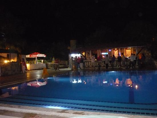 Ova Resort Hotel: pool bar on a night