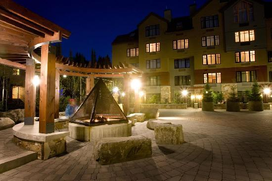 Hilton Whistler Resort & Spa: Courtyard with Firepit