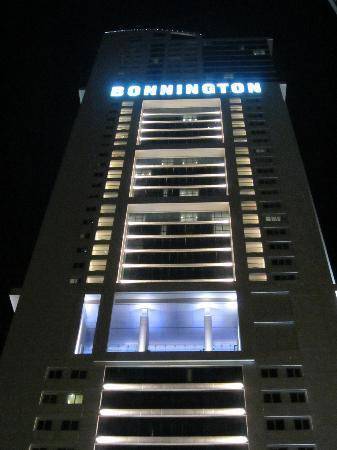 Bonnington Jumeirah Lakes Towers: Bonnington at Night