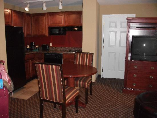 Clarion Collection Hotel Arlington Court Suites: Dining and kitchen area