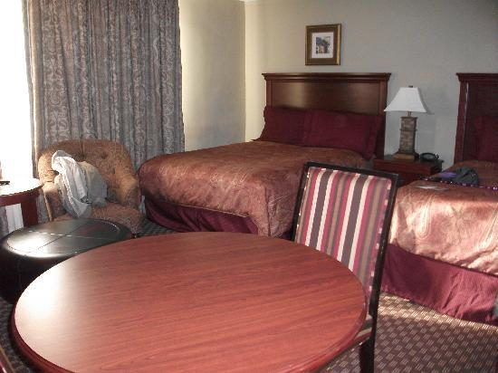 Clarion Collection Hotel Arlington Court Suites: Dining & beds