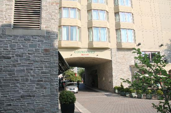 Courtyard Halifax Downtown: Entrance to Courtyard hotel