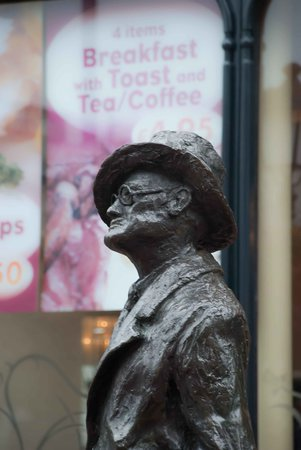 ‪James Joyce Statue‬