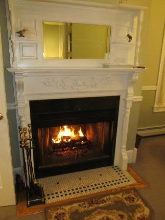 Maple Leaf Inn : Get warm by the fire.