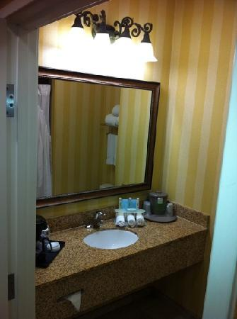 Holiday Inn Express Hotel & Suites Corona: clean & bright