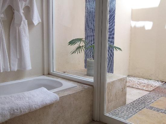 Presidente Inter-Continental Cozumel Resort & Spa: jacuzzi and outdoor shower