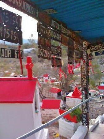 Oratorio de la Difunta Correa : Difunta Correa  ,placas de vehiculos como ofrenda