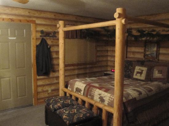 Eagle's Nest Bed and Breakfast Lodge: Bed in the Mountain Spirit room- so comfy!
