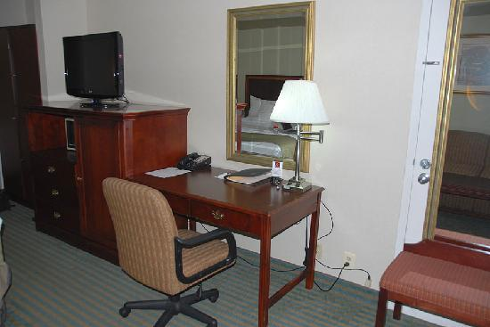 Clarion Inn : Wired and Wireless Internet and comfortable work chair