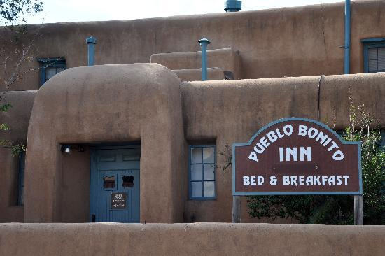 Pueblo Bonito Bed and Breakfast Inn: Approach to the B&B