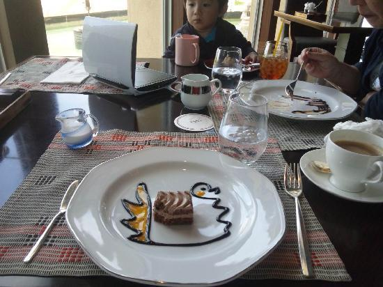 Okinawa Spa Resort EXES: 4連泊するとランチ無料!デザートにこんな絵が!