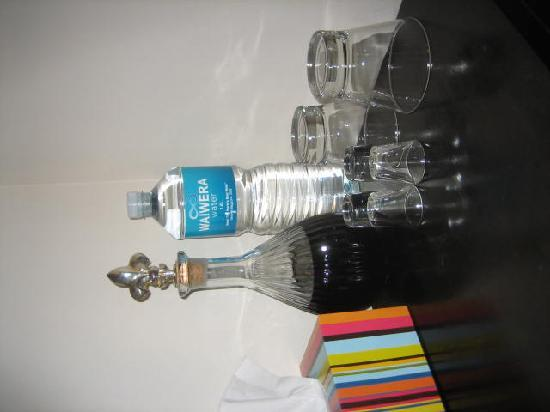 Wellington City Bed and Breakfast: Complimentary port, water and toiletries