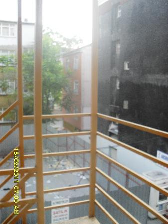Şah Otel Apartment: Vue sur l'escalier de secours