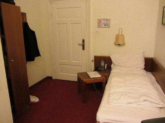 Easy Palace Station Hotel: Spacious room