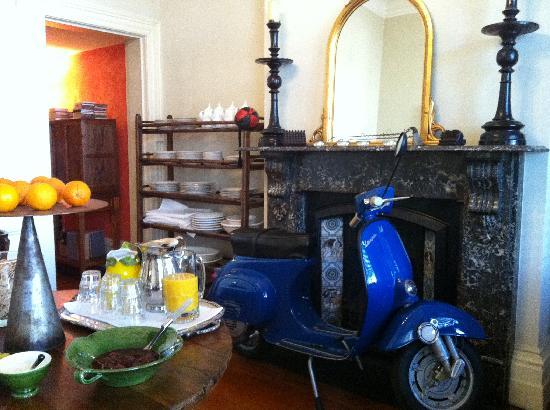 Villa Donati: le vespa in the dining room- how chic:)