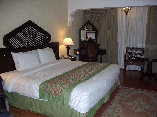 โรงแรมอาราเบียน คอร์ทยาดแอนดด์สปา: Our  room with king bed