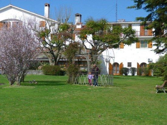 Hotel Nirvana: vista parte trasera hotel y parcial del parque