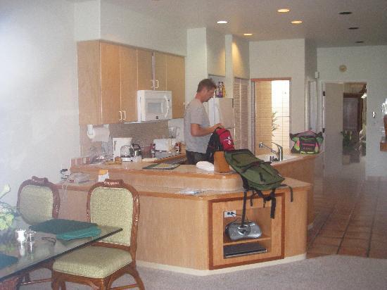 Kona Coast Resort: Kitchen