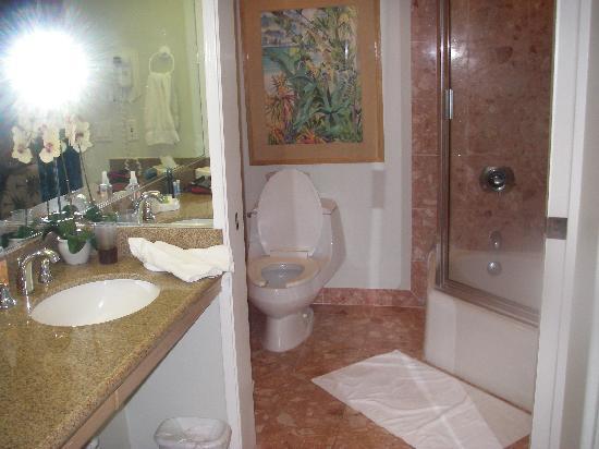 Kona Coast Resort: Master Bathroom