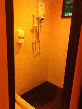 Celestial Resort Pulau Ubin: Basic bathroom with shower/shampoo cream 2in1