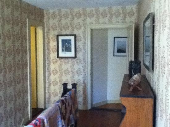 Bird's Nest Bed & Breakfast: The hallway