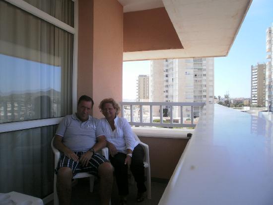 Hotel Entremares BioBalneario Marino: Mi esposa y yo en el balcón de nuestra habitación