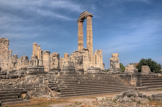 Didim, Türkiye: Rions of the Temple to Apollo at Didymaion