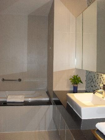 อเดลฟี่สวีท กรุงเทพ: Bathroom 1