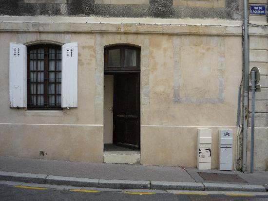 Hotel Saint-Etienne: Ingresso stanza e finestra bagno