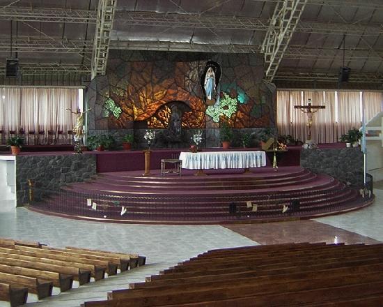 Santuario de la Virgen de Lourdes: Interior del templo nuevo,anfiteatro