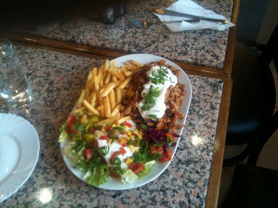 Bayenthaler Grill & Pizzeria: Dönerteller mit Pommes u. Salat