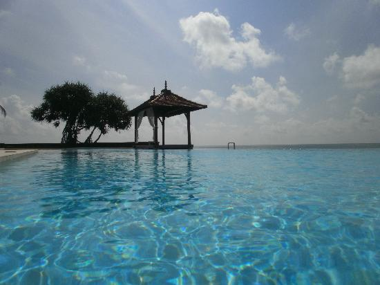 Saman Villas : the massive hotel pool