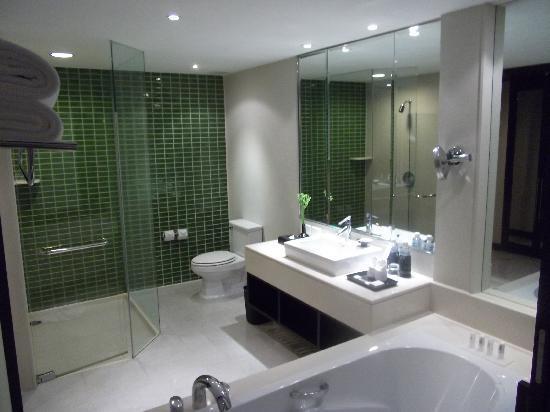 offene Badezimmer mit Fenster - Bild von Le Meridien Chiang Rai ...