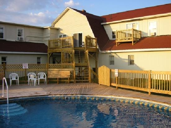 Canadas Best Value Inn and Suites: Seasonal Outdoor Pool