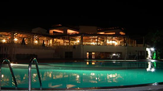 Aydinbey Famous Resort: Abendlicher Pool