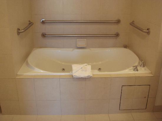 Hilton Garden Inn San Bernardino: Spa tub for 2   Awesome