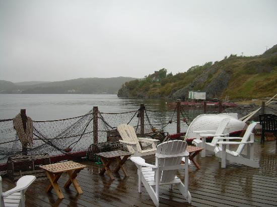 Artisan Inn: The deck, despite the wet day, a compelling view
