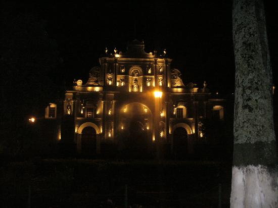 La Plaza (Parque Central): La Catedral