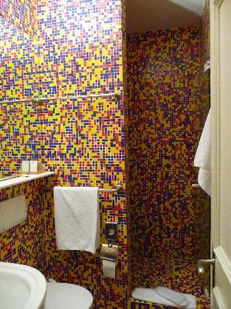 Hotel Rössli: multicolour bathroom