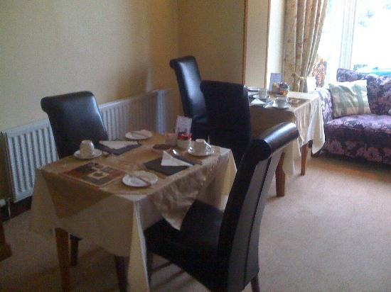 Brundholme Bed and Breakfast: Dinning Room with views of catbells hills
