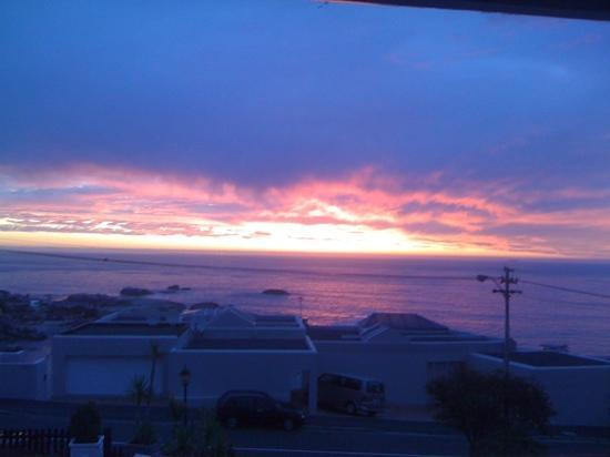 ‪‪51 On Camps Bay Guesthouse‬: sunset view from seaview room !!! amazing‬
